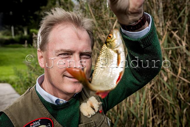 Journalist og l&aelig;ge Peter Qvortrup Geisling elsker naturen og fisketure ved Bastrup s&oslash; ved Lynge i Nordsj&aelig;lland. Foto: Jens Panduro Peter Qvortrup Geisling (f&oslash;dt 13. april 1962) er en dansk l&aelig;ge og journalist, mest kendt for magasinprogrammet L&aelig;gens bord p&aring; DR1.<br /> Peter Qvortrup Geisling blev uddannet som l&aelig;ge i 1992. Samtidig med l&aelig;gestudiet l&aelig;ste han en till&aelig;gsuddannelse ved Danmarks Journalisth&oslash;jskole, og i 1990 blev han uddannet journalist.<br /> Ved siden af studiet var han b&aring;de instrukt&oslash;r og tekstforfatter p&aring; flere Medicinerrevyer som opf&oslash;rtes i Stakladen i &Aring;rhus.<br /> Peter Qvortrup Geisling er mest kendt for L&aelig;gens Bord, hvor han var studiev&aelig;rt fra 1997 til 2005. Herefter holdt han pause som fast studiev&aelig;rt p&aring; tv, men var bl.a. v&aelig;rt ved Prins Christians d&aring;b p&aring; DR1 i 2006 sammen med Natasja Crone. DR tilb&oslash;d ham senere at blive l&aelig;gen, der gav gode r&aring;d i sundhedsprogrammet Ha' det godt p&aring; DR1 sammen med Puk Elg&aring;rd (senere Sisse Fisker og Marianne Florman). I 2008 blev han studiev&aelig;rt p&aring; Diagnose s&oslash;ges, der ligeledes er fra DR1.<br /> Han arbejder stadig med sundhedsstof hos DR og optr&aelig;der desuden lejlighedsvis som studiev&aelig;rt og konferencier. Derudover arbejder han som praktiserende l&aelig;ge og foredragsholder.<br /> Derudover har han ansvar for DRs sundheds hjemmeside www.dr.dk/sundhed.<br /> I 2005 var Peter Qvortrup Geisling i Gr&oslash;nland, hvor han var v&aelig;rt for DRs program om den 100 &aring;r gamle opdagelsesrejse Danmark Ekspeditionen, som Ludvig Mylius-Erichsen var anf&oslash;rer for og ogs&aring; omkom under.<br /> I 2006 deltog han i Kom til middag p&aring; DR1 sammen med Jeanne Boel, Mads Christensen og Joan &Oslash;rting.<br /> I oktober 2003 modtog Peter Qvortrup Geisling en livsgl&aelig;depris fra Astrid Hartvig, Sundhedsh&oslash