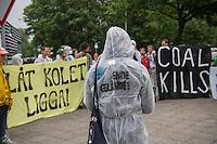 """Einige dutzend Klimaaktivisten aus Deutschland und Schweden versammelten sich am Dienstag den 24. Mai 2016 anlaesslich der Debatte im Schwedischen Parlament zum Verkauf der Vattenfall-Braukohlegebiete und Kraftwerke in der Lausitz an den Tschechischen Konzern EHP vor der Schwedischen Botschaft in Berlin.<br /> Die Klimaaktivisten von """"Ende Gelaende"""", BUND, Naturfreundejugend, Greepeace u.a. forderten von der Schwedischen Regierung, dass der Staatskonzern die Tagebaugebiete und Kohlekraftwerke nicht an den Tschechischen Konzern verkauft, sondern umweltvertraeglich und mit Ruecksicht auf die Arbeitnehmer beendet. Der Staat solle als Vattenfalleigner zu seiner umweltpolitischen und sozialen Verantwortung stehen.<br /> Im Bild: Klimaaktivisten halten ein Transparent """"Lat Kolet Ligga!"""" - sinngemaess """"Lasst die Kohle in der Erde!"""".<br /> 24.5.2016, Berlin<br /> Copyright: Christian-Ditsch.de<br /> [Inhaltsveraendernde Manipulation des Fotos nur nach ausdruecklicher Genehmigung des Fotografen. Vereinbarungen ueber Abtretung von Persoenlichkeitsrechten/Model Release der abgebildeten Person/Personen liegen nicht vor. NO MODEL RELEASE! Nur fuer Redaktionelle Zwecke. Don't publish without copyright Christian-Ditsch.de, Veroeffentlichung nur mit Fotografennennung, sowie gegen Honorar, MwSt. und Beleg. Konto: I N G - D i B a, IBAN DE58500105175400192269, BIC INGDDEFFXXX, Kontakt: post@christian-ditsch.de<br /> Bei der Bearbeitung der Dateiinformationen darf die Urheberkennzeichnung in den EXIF- und  IPTC-Daten nicht entfernt werden, diese sind in digitalen Medien nach §95c UrhG rechtlich geschuetzt. Der Urhebervermerk wird gemaess §13 UrhG verlangt.]"""