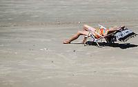 PRAIA GRANDE, SP, 30 DE MARCO 2013 - CLIMA TEMPO - Movimentação de banhistas na praia do Caicara na Praia Grande, litoral sul de São Paulo, na manhã deste sábado (30). Os turistas aproveitam o feriado prolongado de Páscoa para caminhar na beira da água e tomar sol na areia. O tempo melhorou e as temperaturas chegaram na casa dos 30ºC. FOTO: CLARA REIS - BRAZIL PHOTO PRESS.