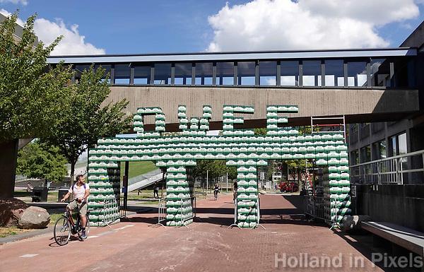 Nederland Delft - 2018. Campus van de Technische Universiteit. Bierkratjesbrug OWEE. OWEE is de ontvangstweek (intreeweek) ) van alle studenten die in Delft gaan studeren.   Foto Berlinda van Dam / Hollandse Hoogte