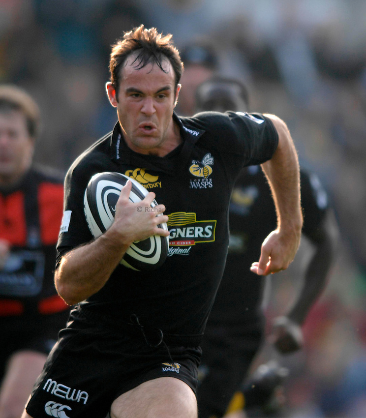 Photo: Richard Lane..London Wasps v Newcastle Falcons. Guinness Premiership. 15/10/2006. .Wasps' Fraser Waters attacks.
