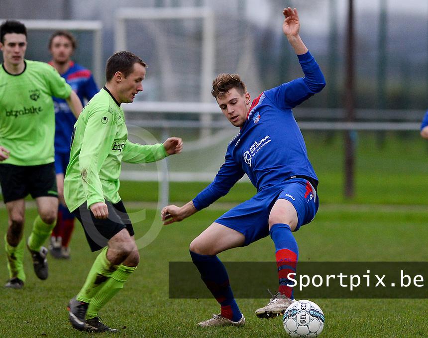 FC Moerkerke - VVC Beernem : duel om de bal tussen Steve Bogaert (links) en Joshua Van Der Jeught (r)<br /> Foto VDB / Bart Vandenbroucke