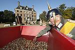 Foto: VidiPhoto<br /> <br /> AMERONGEN &ndash; &lsquo;Keizer Wilhelm II&rsquo; stond woensdag in het middelpunt bij de start van het nationale bollenplantseizoen bij kasteel Amerongen. De Duitse vorst kreeg daarbij onder andere hulp van de kinderen van de Wilhelminaschool en De Regenboog uit Amerongen.  Diverse bloembollen als krokussen, blauwe druifjes en narcissen -totaal 75.000- gingen de grond in met de nodige aanwijzingen en bevelen van de keizer. In de kasteeltuin werden ook historische tulpen geplant, waaronder tulp &lsquo;Keizerskroon&rsquo; uit 1750. De plantactie is een initiatief van de bloembollensector. Tuinvrijwilligers maken komende week de najaarsklus af. Het plantseizoen loopt tot medio december. Vanaf het vroege voorjaar verschijnen de eerste bloemen. Het kasteel heeft dit jaar als thema &lsquo;Help, de keizer komt&rsquo;. Het is 100 jaar geleden dat de Eerste Wereldoorlog werd be&euml;indigd en de gevluchte Duitse keizer Wilhelm II op Kasteel Amerongen arriveerde.