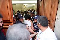 SÃO PAULO, SP, 20.05.2015: PREFEITURA-SP - Servidores públicos municipais fazem paralisação e protestam em frente à Prefeitura de São Paulo, no centro, nesta quarta-feira (20). (Foto: Douglas Pingituro/Brazil Photo Press)