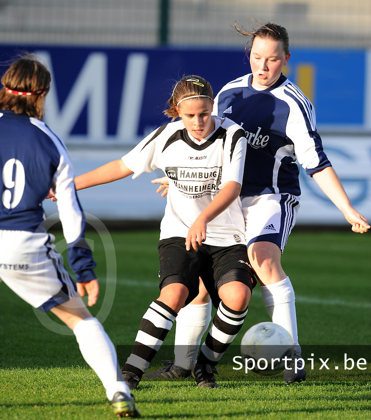 DVC Zuid-West-Vlaanderen - KSV Jabbeke..Nina Vindevoghel (midden) aan de bal tussen Sylvie Debruyne (links) en Liselore Carlier (rechts)..foto VDB / BART VANDENBROUCKE
