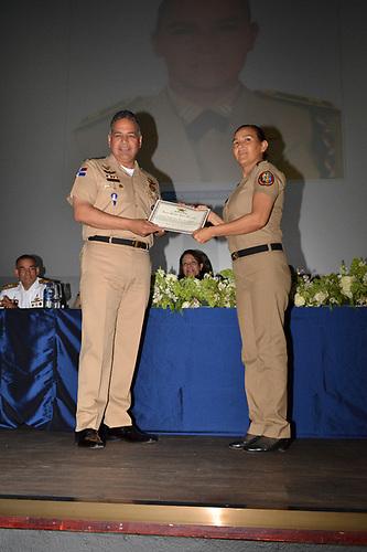 El ministro de Defensa, teniente general Rubén Paulino Sem entrega un bono a uno de los militares beneficiados.