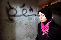 KHA033 BENGASI (LIBIA) 26/2/2011.- Una mujer libia visita la prisión subterránea de la base militar de Al-Katiba, en Bengasi, al este de Libia, hoy, sábado, 26 de febrero de 2011. Decenas de miles de personas se manifestaron hoy en Bengasi, la segunda ciudad de Libia, para pedir la caída del líder libio Muamar el Gadafi, que un día más ha vuelto a amenazar con usar más violencia para combatir los intentos de derrocarle. EFE/Khaled Elfiqi.