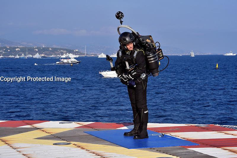 La sociÈtÈ Aerostar Monaco organise le lancement mondial du jetpack JB-10, du 29 septembre au 1er octobre 2016, ‡ Monaco. De l'HÈlioport, un homme sera propulsÈ dans le ciel monÈgasque par deux turborÈacteurs.