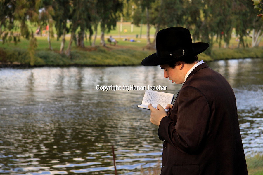 Israel, Tel Aviv, Tashlich prayer by the Yarkon River on the first afternoon of Rosh Hashanah