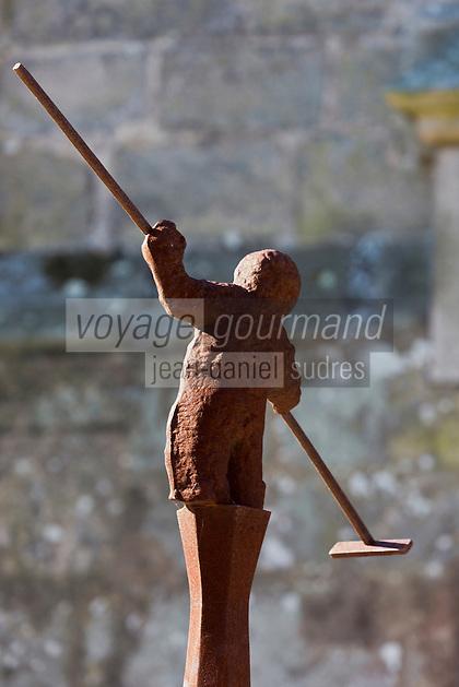 Europe/France/Pays de la Loire/44/Loire-Atlantique/Parc Naturel Régional de Brière/Guérande: Aau pied de la collégiale Saint Aubin les statuettes de Nicolas Fedorenko rappellent le souvenir des Guérandais qui sont enterrés sous la place (où était l'ancien cimetière)  - Sculpture en fer d'un saunier