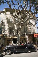 Europe/France/Languedoc-Roussillon/30/Gard/Uzès: Vieille Bentley sur le Boulevard Charles Gide