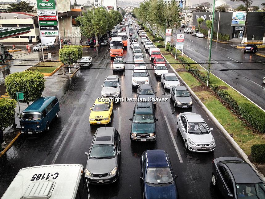 Quer&eacute;taro, Qro. 10 de febrero de 2015.- Una repentina, pero avisada lluvia cay&oacute; a los queretanos ern la capital del estado. Lo cual, como es de costumbre colaps&oacute; el tr&aacute;fico en las avenidas como Coantituyentes.<br /> <br /> La lluvia, no impide que los servicios de limpia no hagan su trabajo.<br /> <br /> <br /> Foto: Demian Ch&aacute;vez / Obture.