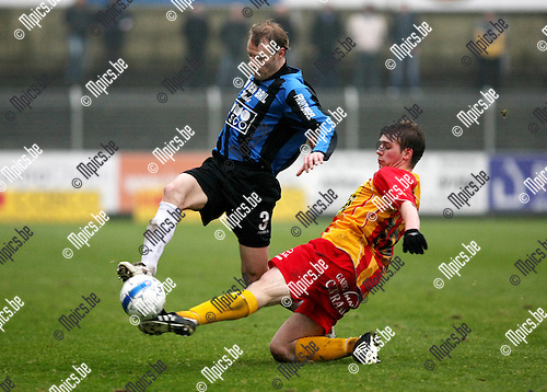 2010-01-24 / Voetbal / seizoen 2009-2010 / Rupel-Boom - Racing Waregem / Kenny Laevaert (Rupel-Boom) tracht de tackle van Vervaecke te snel af te zijn..Foto: mpics