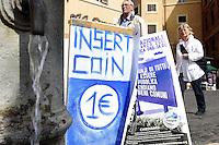 Roma, 18 Marzo 2010.Piazza Navona .In difesa dell'acqua pubblica una fontanella du piazza Navona è stata simbolicamente incartata e si richiede un euro per bere.