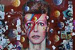 *BRAZIL ONLY* ATENÇÃO EDITOR, FOTO EMBARGADA PARA VEÍCULOS INTERNACIONAIS* wenn33543134    Fãs de David Bowie deixam flores e mensagens no Memorial Bowie Brixton, para relembrar o músico inglês no seu segundo aniversário de morte, neste domingo (7), em Londres. Foto: Wenn/Framephoto