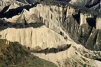 I calanchi sono causati dall'erosione delle acque. In Italia i calanchi sono diffusi lungo i versanti appenninici..The badlands are caused by erosion of wind and water. In Italy the badlands are widespread along the Apennine slopes.....