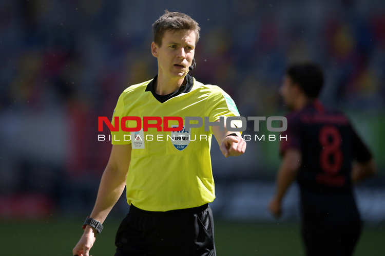 Schiedrichter Daniel SIEBERT.<br />