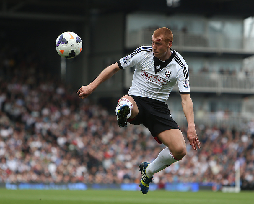 Fulham's Steve Sidwell in action<br /> <br /> Photo by Kieran Galvin/CameraSport<br /> <br /> Football - Barclays Premiership - Fulham v Everton - Sunday 30th March 2014 - Craven Cottage - London<br /> <br /> &copy; CameraSport - 43 Linden Ave. Countesthorpe. Leicester. England. LE8 5PG - Tel: +44 (0) 116 277 4147 - admin@camerasport.com - www.camerasport.com
