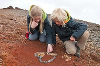 Kind, Kinder formen ein Herz aus Lava, Lave-Gestein, Lavasteinen, Ätna, Etna, Lavagestein, Lava, Vulkan, karge Vulkanlandschaft, Italien, Sizilien, Mount Etna, volcano