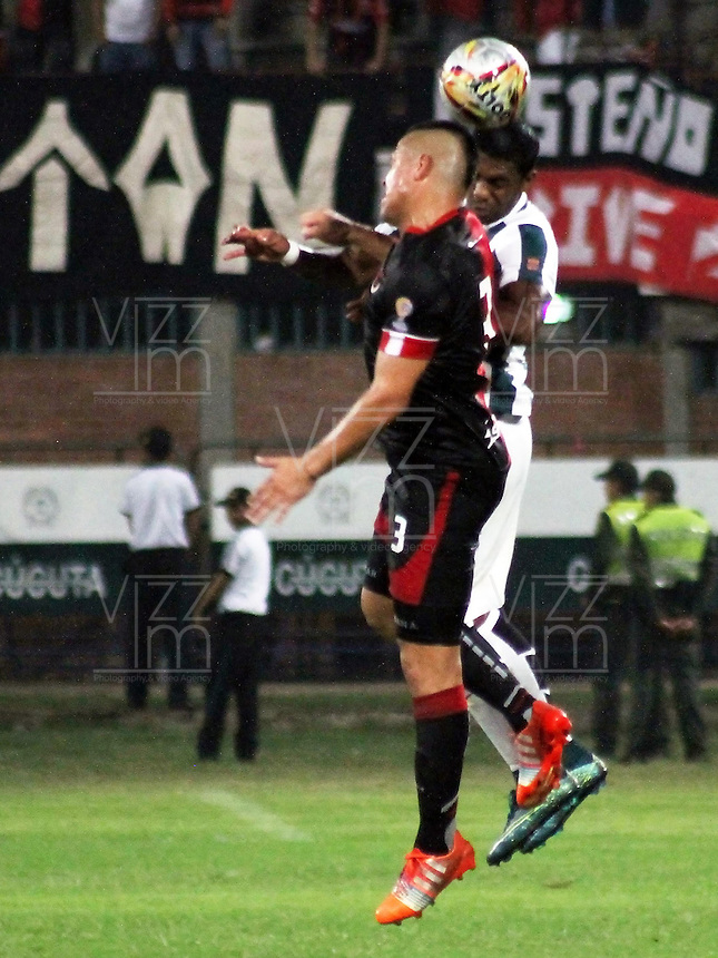 CUCUTA -COLOMBIA, 21-11-2015: Gustavo Bolivar (Izq.) jugador del Cucuta Deportivo disputa el balón con Orlando Berrio (Izq.) jugador de Atlético Nacional durante partido por la fecha 20 de la Liga Aguila II 2015 disputado en el estadio General Santander de la ciudad de Cúcuta./ Gustavo Bolivar (L) player of Cucuta Deportivo fights for the ball with Orlando Berrio (R) player of Atletico Nacional during match for the date 20 of the Aguila League II 2015 played at General Santander stadium in Cucuta city. Photo: VizzorImage / Manuel Hernandez /
