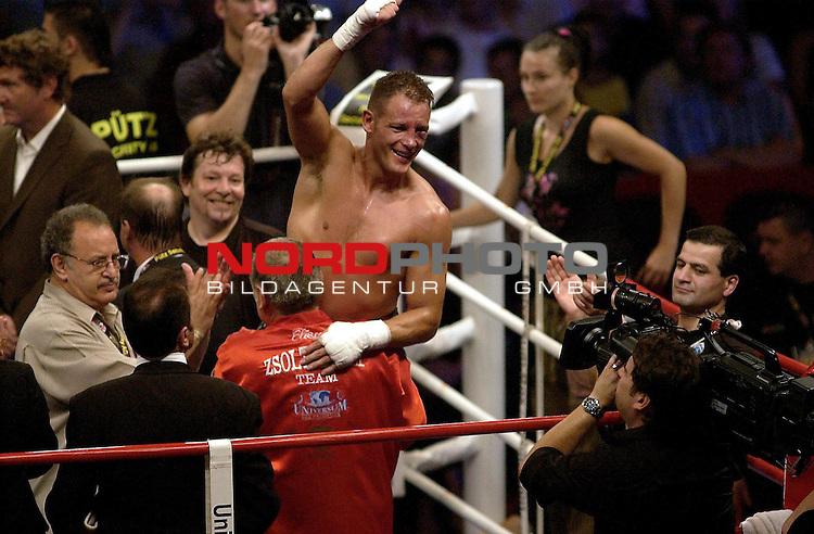 WBC Light Heavyweight Championship<br /> Koenig - Pilsener Arena Oberhausen<br /> Zsolt Erdei ( Hungary) vs . Thomas Ulrich ( Germany )  <br /> Thomas Ulrich  wird von Traineer Fritz Sdunek hochgehoben.<br /> Foto :&copy; nordphoto <br /> <br /> <br /> <br /> <br /> <br /> <br /> <br />  <br /> <br /> <br /> <br /> <br /> Foto :&copy; nordphoto <br /> <br /> <br /> <br />  *** Local Caption *** Foto ist honorarpflichtig! zzgl. gesetzl. MwSt.<br /> <br /> <br /> <br /> Belegexemplar erforderlich