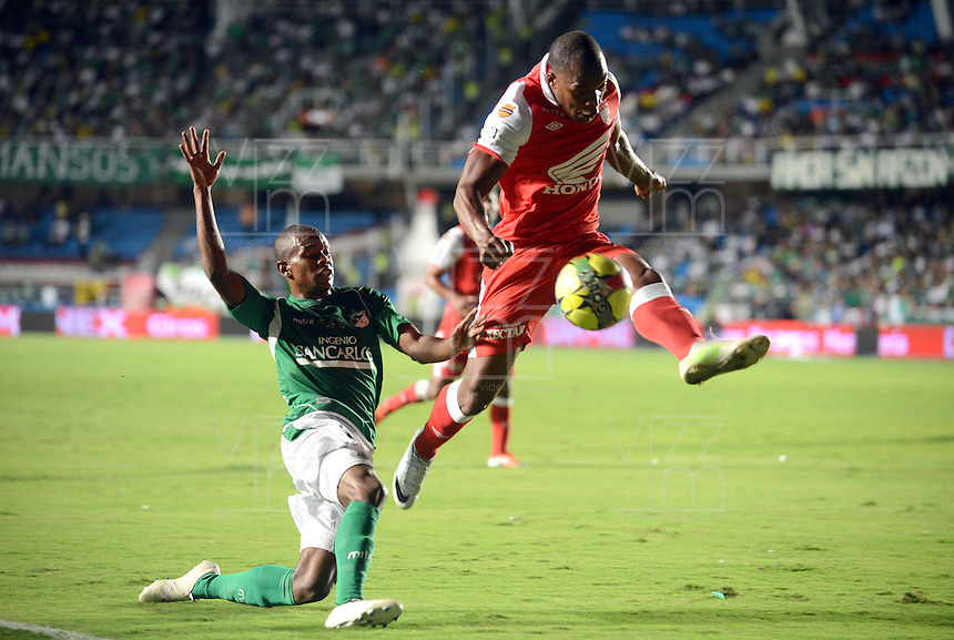 CALI -COLOMBIA, 15-06-2013. Un jugador del Deportivo Cali disputa el balón con u jugador de Independiente Santa Fe de los cuadrangulares finales F1 de la Liga Postobón 2013-1 jugado en el estadio Pascual Guerrero de la ciudad de Cali./ Player of Deportivo Cali fights with the ball with player of Independiente Santa Fe during match of the final quadrangular 1th date of Postobon  League 2013-1 at Pascual Guerrero stadium in Cali city. Photo: VizzorImage/ Juan Carlos Quintero/STR