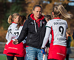 TILBURG  - hockey-   assistent-coach Maartje Paumen (MOP) met Tess Olde Loohuis (MOP)  voor  de wedstrijd Were Di-MOP (1-1) in de promotieklasse hockey dames. COPYRIGHT KOEN SUYK