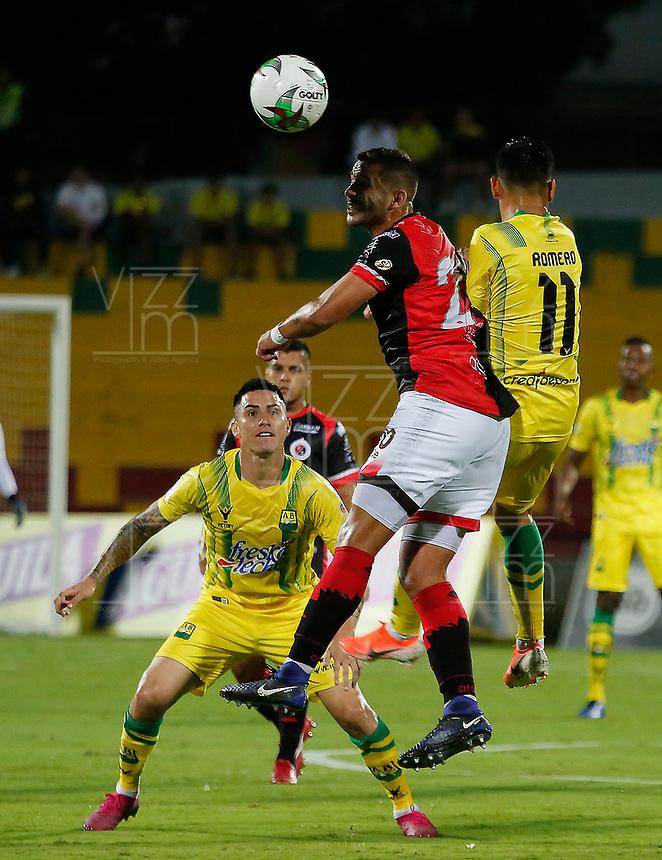 BUCARAMANGA - COLOMBIA, 11-08-2019: Sergio Romero del Bucaramanga disputa el balón con David Achucarro del Cucuta durante partido por la fecha 5 de la Liga Águila II 2019 entre Atlético Bucaramanga y Cúcuta Deportivo jugado en el estadio Alfonso Lopez de la ciudad de Bucaramanga. / Sergio Romero of Bucaramanga fights for the ball with David Achucarro of Cucuta during match for the date 5 of the Liga Aguila II 2019 between Atletico Bucaramanga and Cucuta Deportivo played at the Alfonso Lopez stadium of Bucaramanga city. Photo: VizzorImage / Oscar Martinez / Cont