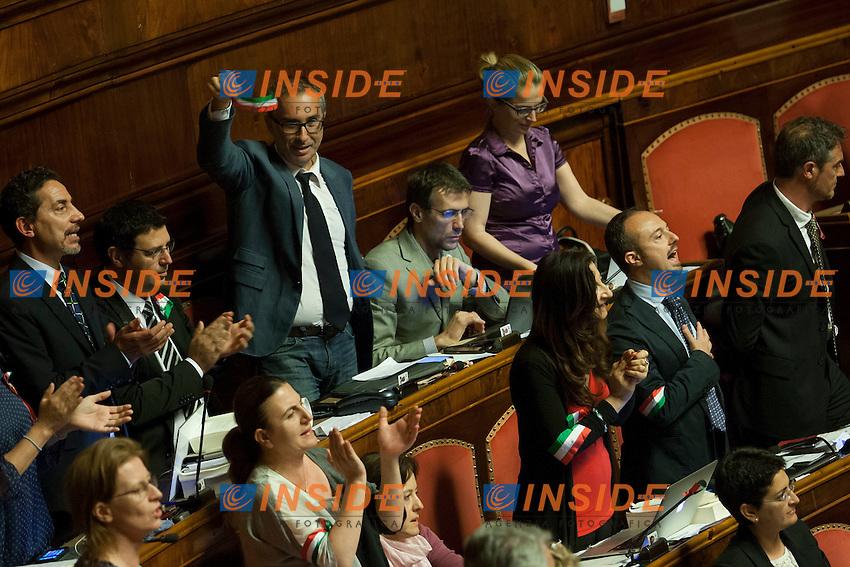 I senatori del Movimento 5 Stelle ritentano gridando 'Liberta' e sventolando delle fasce tricolori<br /> Roma 31-07-2014  Senato. Discussione sul DdL Riforme costituzionali che prevede anche la riforma del Senato. <br /> Photo Samantha Zucchi Insidefoto
