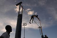 """MEDELLÍN -COLOMBIA-25-05-2013. Aspecto de la prueba de salto con garrocha hombres durante el Grand Prix Internacional """"Ximena Restrepo"""" realizado en Medellín./ Aspect of the pole valut men during the Grand Prix Internacional """"Ximena Restrepo"""" in Medellin. Photo: VizzorImage/STR"""