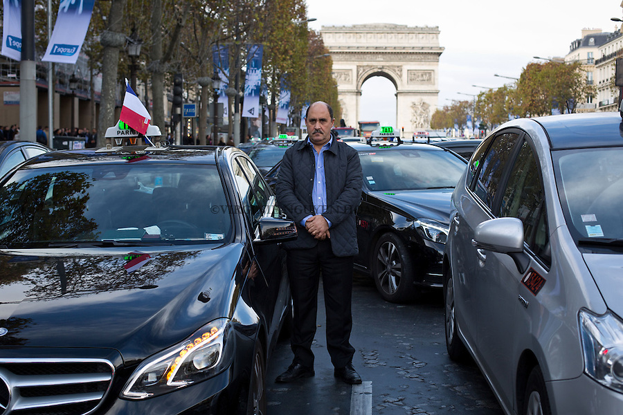 FRANCE, Paris: Workers and taxi drivers observing a minute of silence at Champs-Elysees on November 16, 2015.In memory of the victims of the November 13 terrorist attacks, all people of France have decided to hold a minute of silence at midday on November 16, Paris. <br /> <br /> FRANCE, Paris: Des travailleurs et taxi observent une minute de silence aux Champs-Elysees. En memoire aux victimes de attaques terroristes du 13 novembre, les fran&ccedil;ais ont decide de faire une minute de silence a midi dans toute la France, Paris, le 16 novembre 2015.