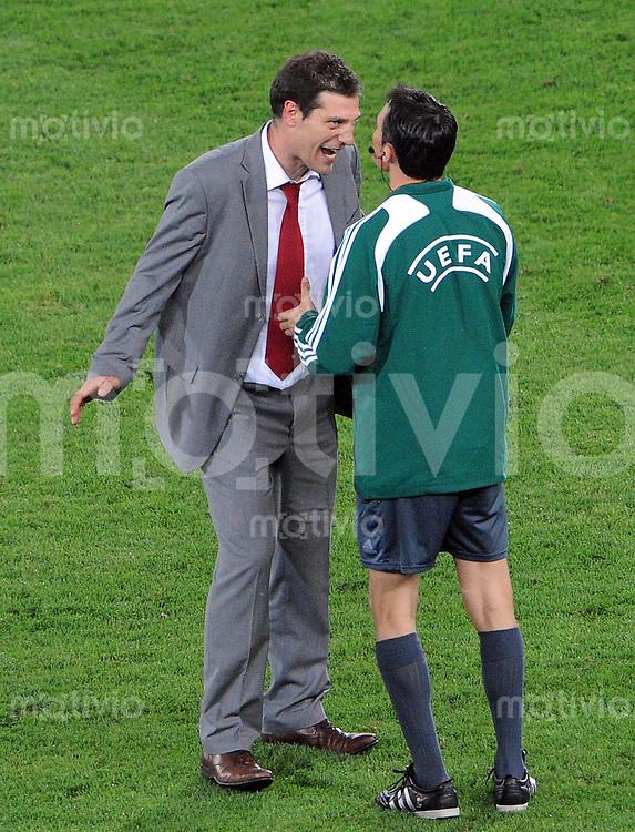 FUSSBALL EUROPAMEISTERSCHAFT 2008  Kroatien - Tuerkei    20.06.2008 Trainer Slaven Bilic (CRO) diskutiert nach der Verlaengerung mit dem vierten Offiziellen Manuel Mejuto Gonzalez (ESP).