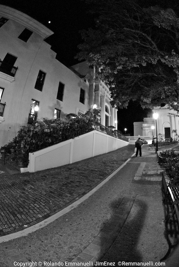 Por las calles del Viejo San Juan&hellip; #streetphotography #fotografiacallejera #sanjuan #viejosanjuan #remmanuelli <br />