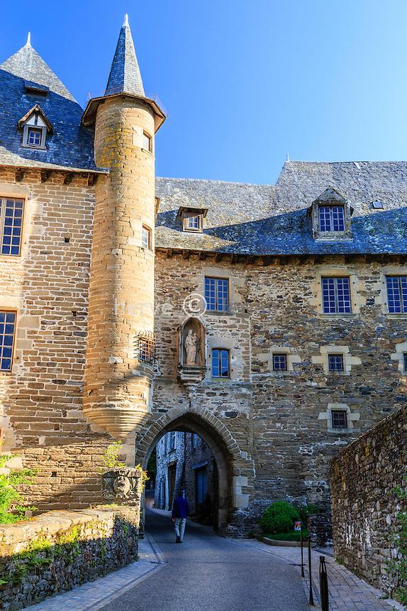 France, Corrèze (19), Uzerche, la porte Bécharie et l'Hôtel de Clédat ou château Bécharie // France, Correze, Uzerche, Becharie street and Cledat Hotel or Becharie castle