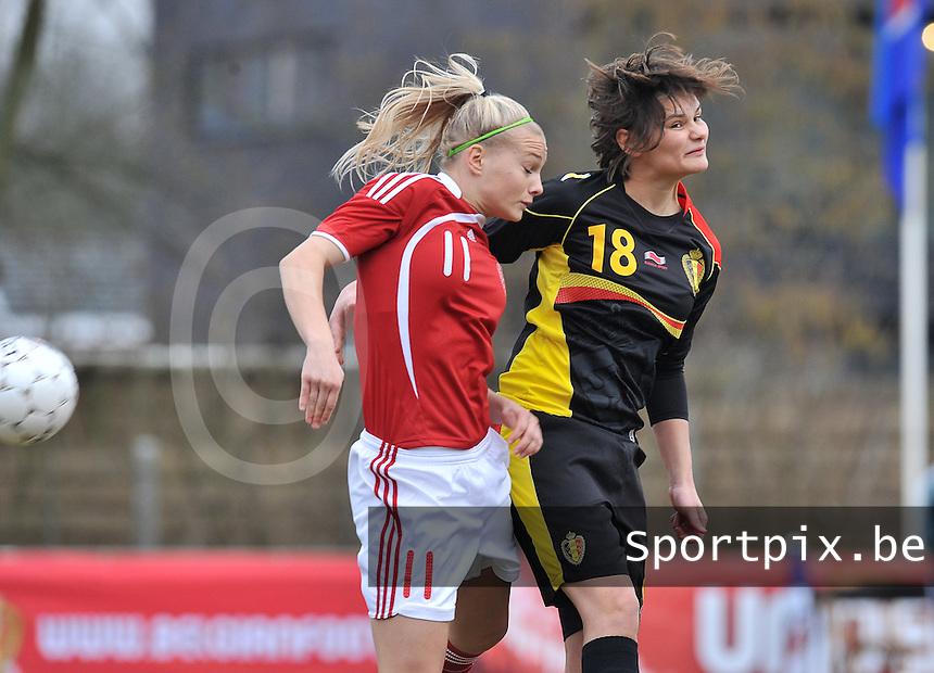 Denmark U17 - Belgium U17 : kopduel tussen Lotte Aertsen (rechts) en  Stine Larsen (C).foto DAVID CATRY / Vrouwenteam.be
