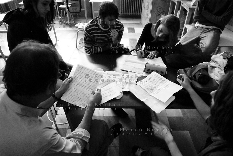Milano, occupazione e autogestione del Liceo Artistico Statale di Brera per protestare contro la riforma dell'istruzione. Studenti studiano a un tavolo con il professore --- Milan, occupation and self-management of Brera art high school as a protest against the school reform. Students studying at a table with the teacher