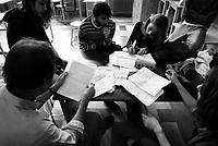 Milano, occupazione e autogestione del Liceo Artistico Statale di Brera per protestare contro la riforma dell'istruzione. Studenti studiano a un tavolo con il professore --- Milan, occupation and self-management of Brera art high school as a protest against the school reform. Students studying at a table with the teacher