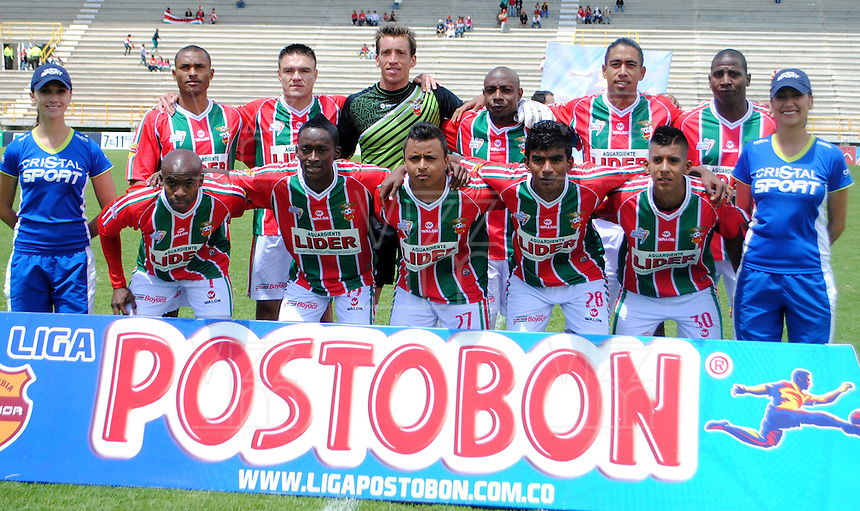 TUNJA- COLOMBIA-12-05-2013: Jugadores del Patriotas Boyaca F.C., posan para una foto durante partido en el estadio La Independencia de la ciudad de Tunja, mayo 12 de 2013. Patriotas Boyaca F.C. y La Equidad durante partido por la fecha 15 de la Liga Postobon I. (Foto: VizzorImage / Jose Palencia / Cont.). Patriotas Boyaca F.C players pose for a photo during game in the La Independencia stadium in Tunja City, May 12, 2013. Patriotas Boyaca F.C. and la Equidad during match for the 15 round of the Postobon League I. (Photo: VizzorImage / Jose Palencia / Cont.).
