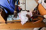 NIGER Zinder, nutrition project for small children, catholic church distributes food rations of WFP to malnourished babies and mothers / NIGER Zinder, Projekte der katholischen Kirche, Ernaehrungsprogramm in Zusammenarbeit mit dem WFP fuer unterernaehrte Kinder im Stadtviertel KARA-KARA