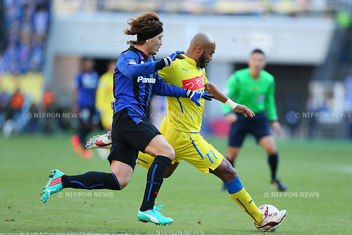 (L-R) Keisuke Iwashita (Gamba), Diego (Montedio), <br /> DECEMBER 13, 2014 - Football /Soccer : <br /> The 94th Emperor's Cup All Japan Football Championship <br /> Final <br /> between Gamba Osaka - Montedio Yamagata<br /> at Nissan Stadium, Tokyo, Japan. <br /> (Photo by Yohei Osada/AFLO SPORT) [1156]