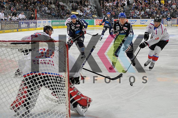 Mannheims Frank Mauer (Nr.28) gegen Nuernbergs Tyler Weiman (Nr.30)  beim Spiel in der DEL, Adler Mannheim - Nuernberg Ice Tigers.<br /> <br /> Foto &copy; Ice-Hockey-Picture-24 *** Foto ist honorarpflichtig! *** Auf Anfrage in hoeherer Qualitaet/Aufloesung. Belegexemplar erbeten. Veroeffentlichung ausschliesslich fuer journalistisch-publizistische Zwecke. For editorial use only.