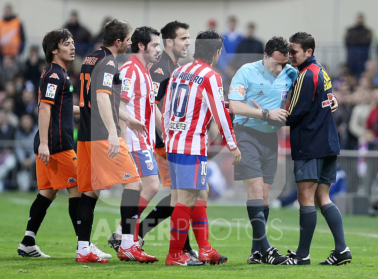The referee Alfonso Perez Burrull (l) consulting to the 4th referee Jorge Figueroa Vazquez (r) during La Liga match.(ALTERPHOTOS/Acero)
