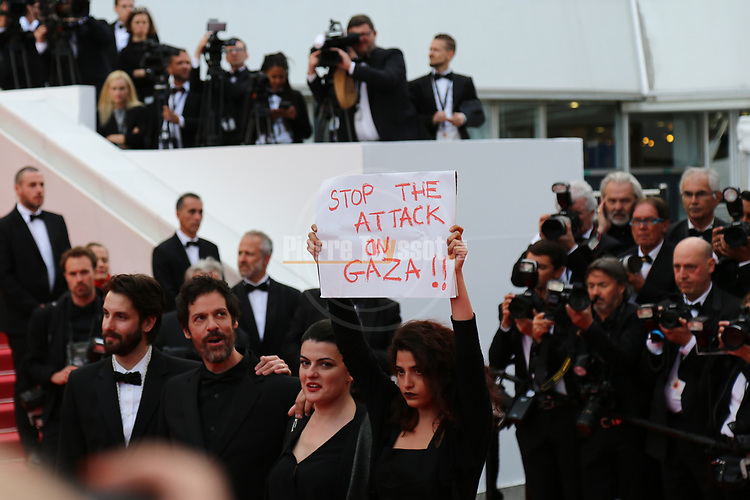 Cannes Film Festival 2018 - 71st edition - Day 8 - May 15 in Cannes, on May 15, 2018; Screening of 'Solo: A star Wars Story;   Stop the Attack on Gaza (Palestine) poster is seen on the Red Carpet. . © Pierre Teyssot / Maxppp