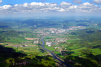 Elbdurchbruch bei Decin: EUROPA,TSCHECHIEN, 09.5.2016: Děčín (deutsch Tetschen, 1942–1945 Tetschen-Bodenbach, 1945: Děčín-Podmokly) ist eine Stadt im Ústecký kraj an der Elbe im Norden der Tschechischen Republik, nahe der Grenze zum deutschen Bundesland Sachsen. Děčín besitzt den wichtigsten Eisenbahn-Grenzübergang zwischen Deutschland und Tschechien, der Teil der transeuropäischen Verkehrsachse Nord-/Ostsee – Dresden – Prag ist. Dieser Grenzübergang war früher unter dem Namen Bodenbach bekannt. Bodenbach (Podmokly) ist heute der größte linkselbische Stadtteil von Děčín.