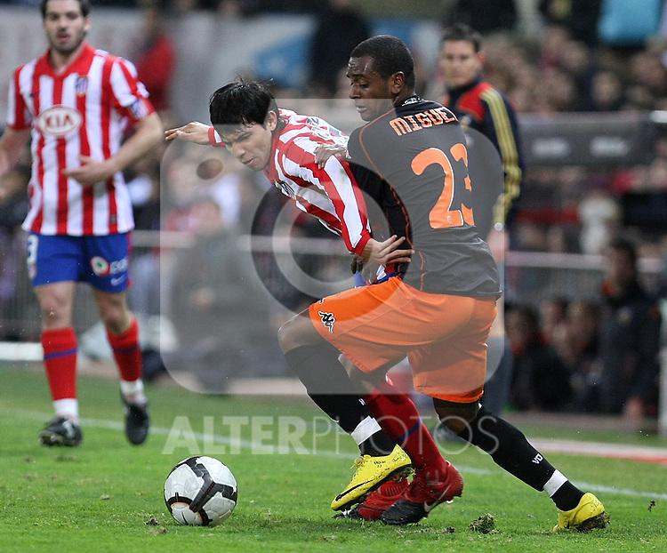 Atletico de Madrid's Kun Aguero (l) and Valencia's Miguel Brito during La Liga match.(ALTERPHOTOS/Acero)