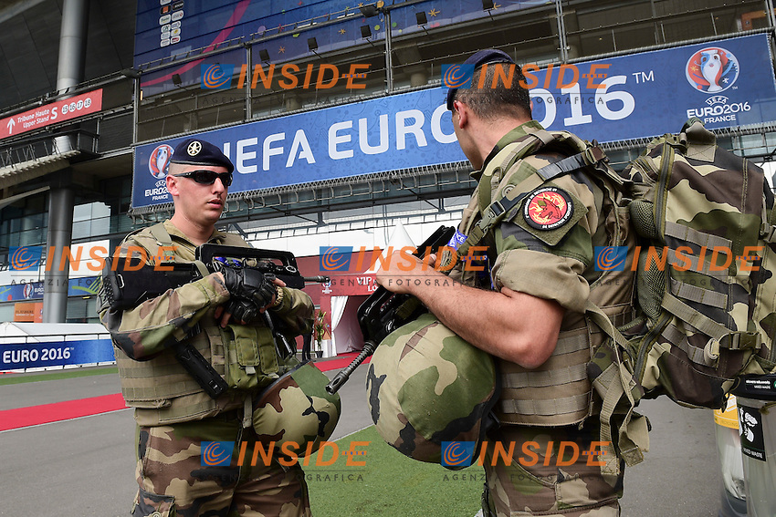 Soldati con i cani. Controlli di sicurezza fuori lo stadio. Soldierswith dogs. Security Check out the stadium <br /> Paris 10-06-2016 Stade de France football Euro2016 France - Romania  / Francia - Romania Group Stage Group A. Foto JB Autissier / Panoramic / Insidefoto