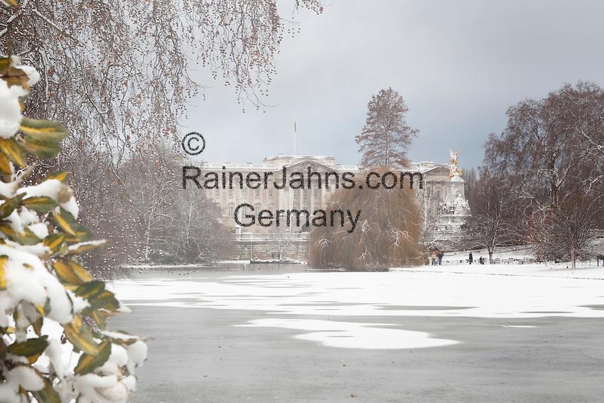 Great Britain, England, London: Buckingham Palace in snow from Saint James's Park   Grossbritannien, England, London: Buckingham Palast und Saint James's Park im Schnee