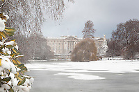 Great Britain, England, London: Buckingham Palace in snow from Saint James's Park | Grossbritannien, England, London: Buckingham Palast und Saint James's Park im Schnee