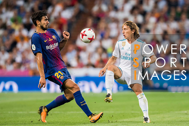 Luka Modric (r) of Real Madrid competes for the ball with Andre Filipe Tavares Gomes of FC Barcelona during their Supercopa de Espana Final 2nd Leg match between Real Madrid and FC Barcelona at the Estadio Santiago Bernabeu on 16 August 2017 in Madrid, Spain. Photo by Diego Gonzalez Souto / Power Sport Images