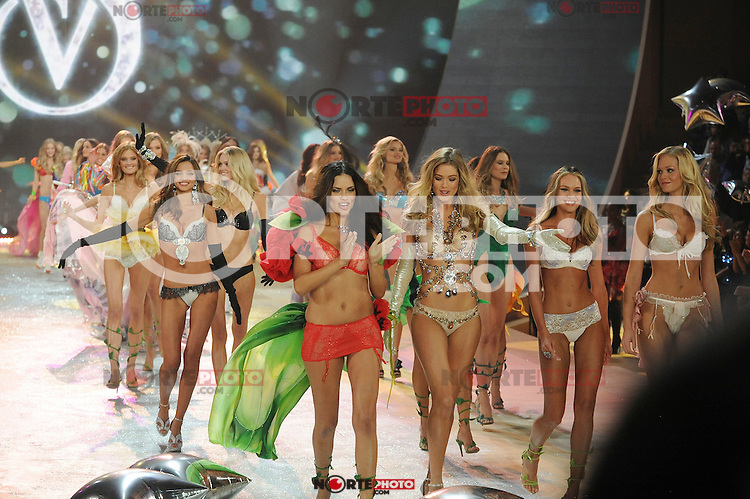 NON EXCLUSIVE PICTURE: MATRIXPICTURES.CO.UK.PLEASE CREDIT ALL USES..UK RIGHTS ONLY..Models Miranda Kerr, Adriana Lima, Doutzen Kroes, Candice Swanepoel, and Erin Heatherton are pictured on the runway during the 2012 Victoria's Secret lingerie fashion show, held at New York's Lexington Avenue Armory. ..NOVEMBER 7th 2012..REF: GLK 125134 /NortePhoto